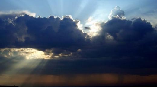 Погода в неділю порадує сонцем й теплом, проте в Україну суне циклон