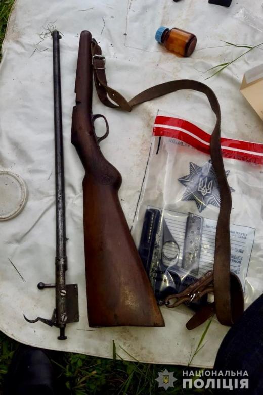 На Рахівщині поліцейські затримали братів, у яких виявили сховок зброї та набоїв