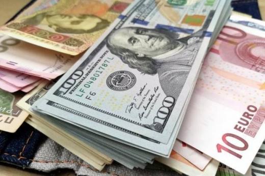 Курс гривні до долара трохи знизився