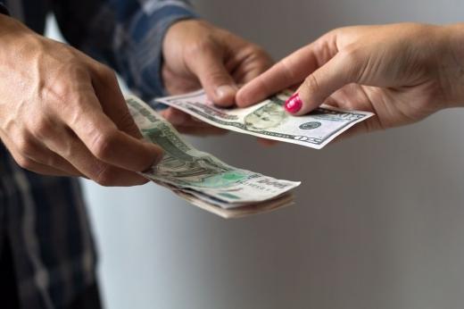 Півмільйона гривень за «зняття порчі»: шахрайку засуджено до 8 років позбавлення волі