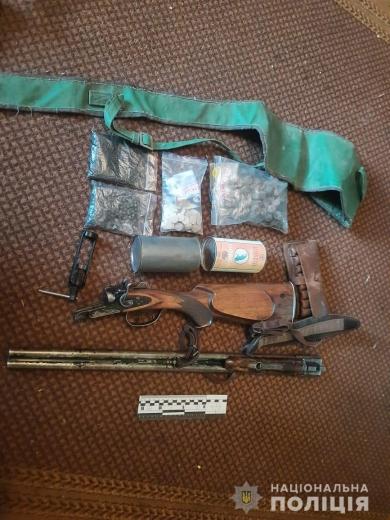 Під час обшуку будинку полісмени вилучили вибухові речовини та рушницю