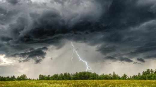 Синоптики попереджають про сильні дощі і град
