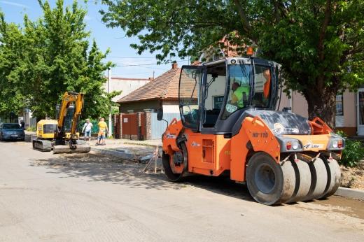 На вулиці Капушанській розпочали підготовчі роботи до асфальтування