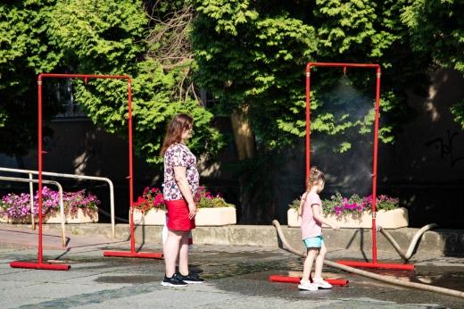 В центрі Ужгорода встановили рамку з розпиленням води