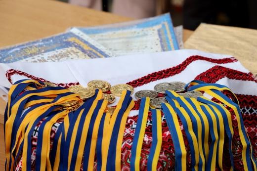 20 ужгородським гімназистам сьогодні вручили золоті і срібні медалі