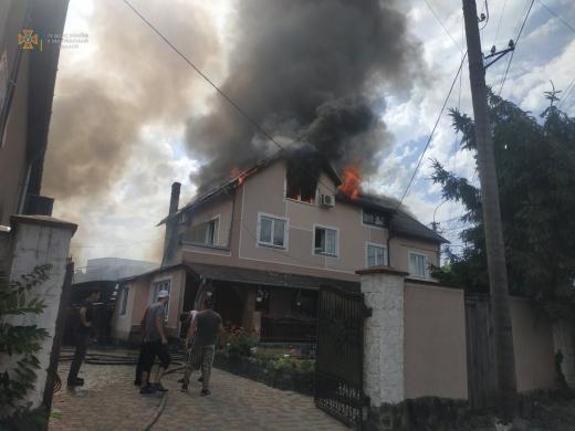Вогнеборці приборкують пожежу на території мотелю в Мукачеві