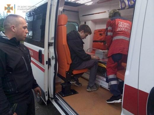 Закарпатські рятувальники надали допомогу 18-річному киянину, якому стало зле в Карпатах
