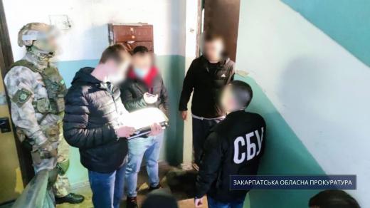 Розклеювання листівок із провокативними написами в Берегові: досудове розслідування завершене
