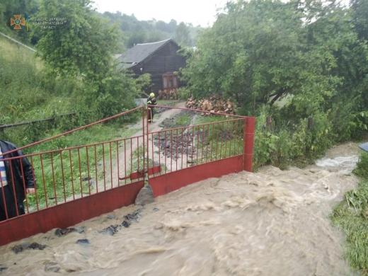 На Рахівщині внаслідок сильних опадів відбулось підтоплення дворогосподарств