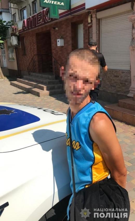 В Ужгороді на автобусній зупинці пограбували жінку
