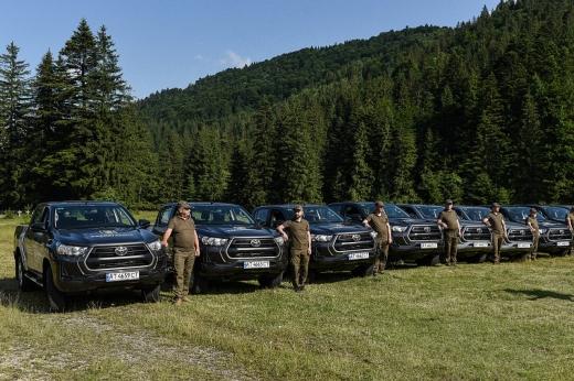 Три природно-заповідні установи Закарпаття отримали автомобілі для охорони території