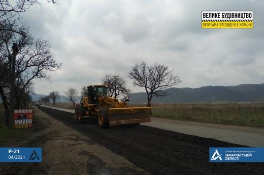 На Закарпатті відновлюють дорогу, що проходить на висоті майже 400 м над рівнем моря