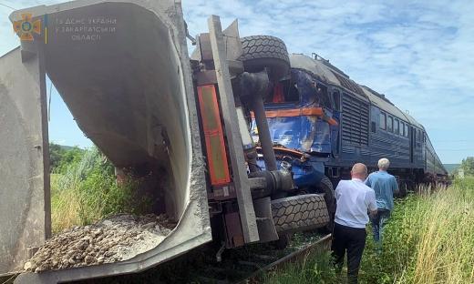 На Закарпатті зіткнулися вантажівка та пасажирський потяг: є постраждалі