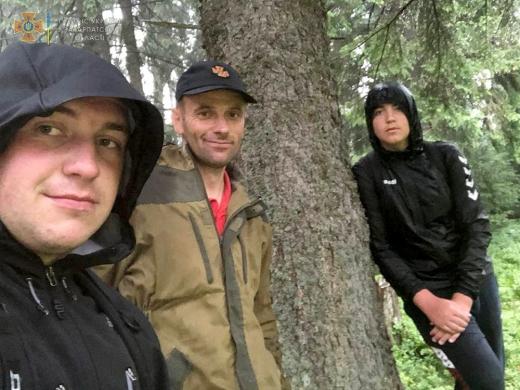 Закарпатські рятувальники допомогли івано-франківським колегам відшукати туриста в горах