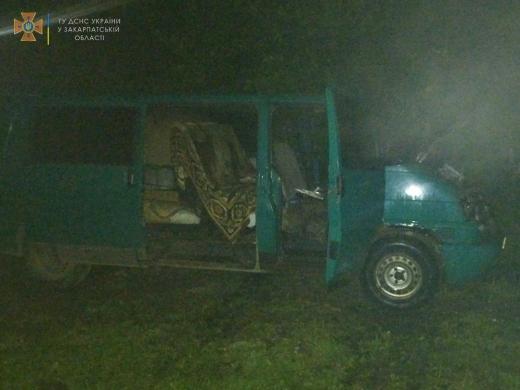 У Міжгір'ї на території приватного господарства горів мікроавтобус