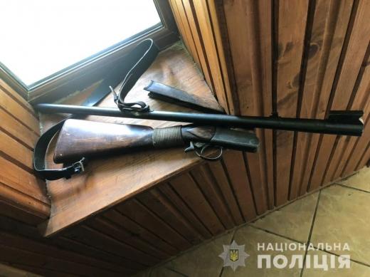 Поліцейські Закарпаття затримали зловмисника, який стріляв із рушниці на території лісництва