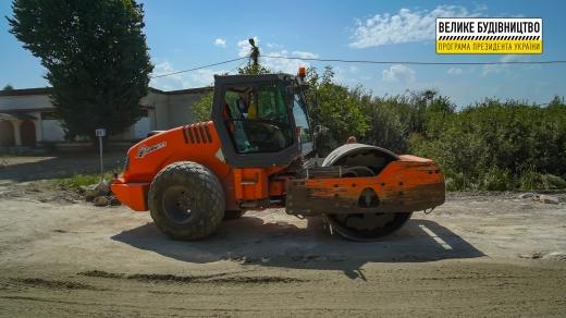 У селі Батрадь ремонтують дорогу міжнародного значення