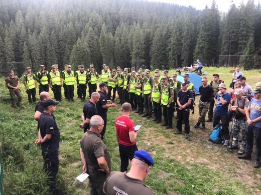ЗНАЙШЛИ: волонтери відшукали хлопчика, який заблукав на горі Говерла