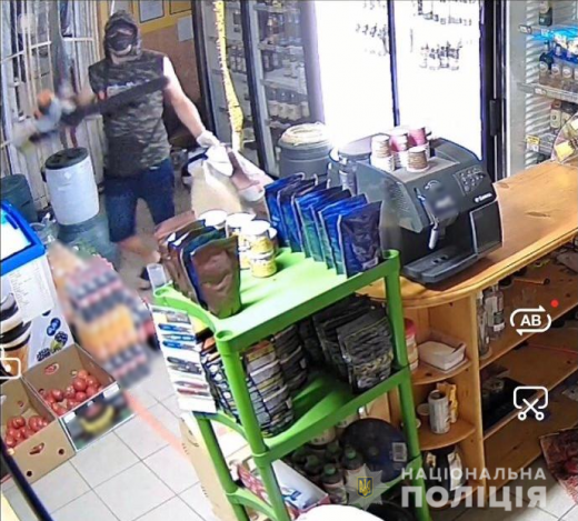 Знайшли аж в Ужгороді: затримано зловмисника, який пограбував магазин та побив власників