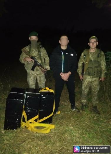 Поблизу кордону затримали контрабандиста з пакунками сигарет