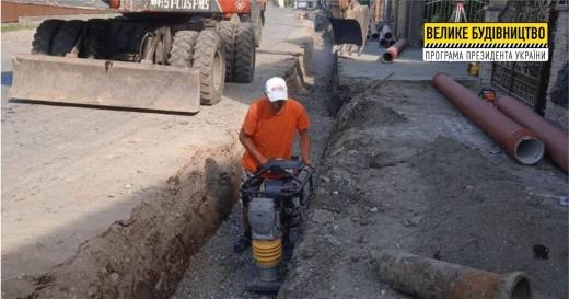 На Закарпатті ремонтують дорогу поряд із єдиною у світі ГЕС, що розміщена на двох річках