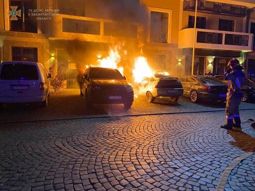 В центрі Ужгорода горіли припарковані автомобілі