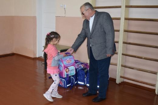 На Ужгородщині майбутні першокласники отримали портфелі від благодійників