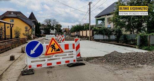 На автошляху Т-07-37 у селі Вишково відновлюють дорожнє покриття