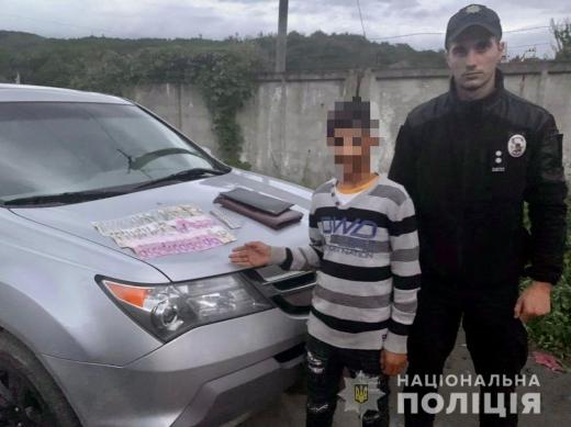 В Ужгороді неповнолітній викрав з каси магазину 2 тисячі доларів