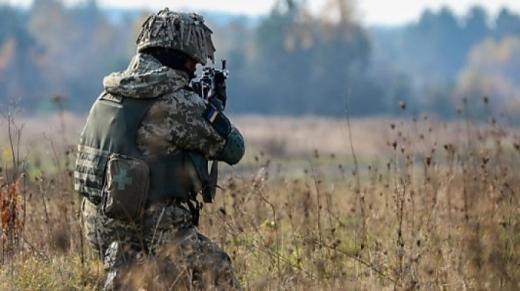 На Донбасі 4 обстріли за день, одного бійця поранили