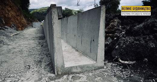 У межах ремонту дороги в Кам'яниці почали зводити спеціальну укріплювальну конструкцію