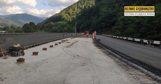 У селі Вучкове відновлюють ліву смугу мостового переходу