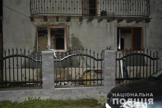 У Солотвині чоловік прийшов до колишньої, вигнав з дітьми на вулицю та підпалив будинок