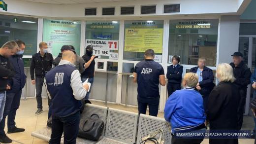 Інспектор митного поста «Ужгород» постане перед судом через одержання хабаря
