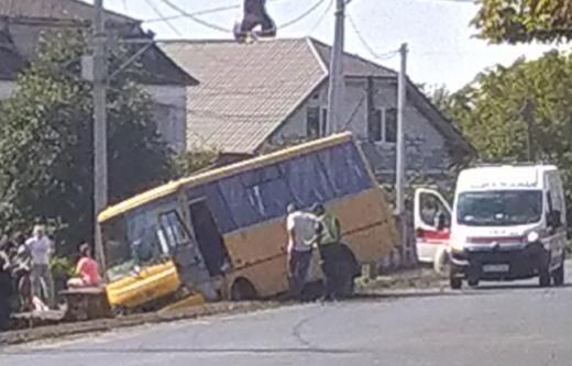 ДТП в селі Холмок: пасажирський автобус опинився в кюветі