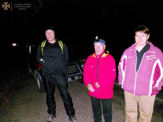 Рятувальники відшукали загублених у гірській місцевості грибників