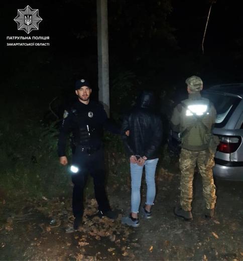 В Ужгороді жінка зачинилася від патрульних у автомобілі