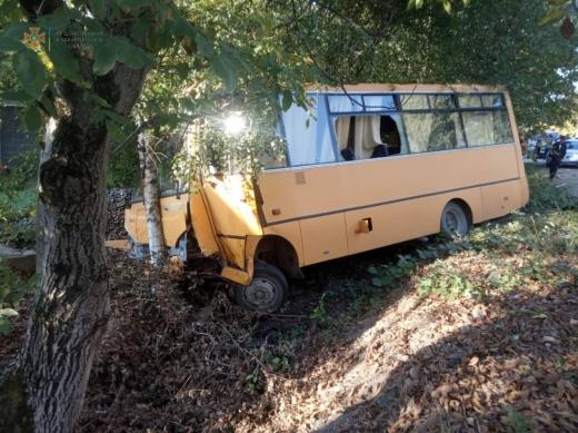 На Закарпатті зіткнулися легковик та шкільний автобус