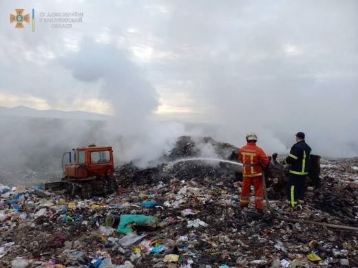 Майже добу рятувальники ліквідовували пожежу на сміттєзвалищі в Хустському районі