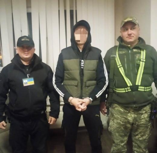 На кордоні з Угорщиною затримали українця, що перебуває у розшуку